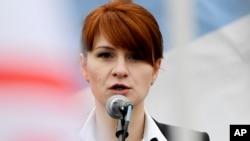 Maria Butina, chef de file d'une organisation pro-armes s'exprime devant une foule en Russie, le 21 avril 2013.