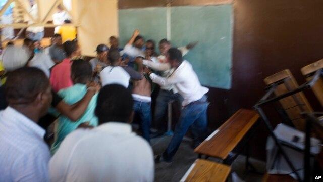 Disputa en un centro de votación de Puerto Príncipe, en Haití.