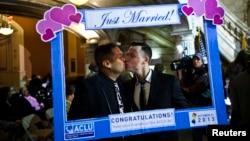 미국 뉴저지주에서 21일부터 동성결혼을 합법화한 가운데, 뉴워크의 한 동성애 커플이 결혼식을 가졌다.
