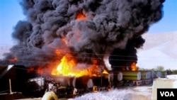 Militan membakar truk-truk tangki bahan bakar NATO di Pakistan selatan (Oktober 2010).