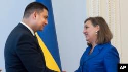 PM baru Ukraina Volodymyr Groysman (kiri) bertemu Wakil Menlu AS untuk Eropa dan Eurasia, Victoria Nuland di Kyiv Juli tahun lalu (foto: dok). Groysman ketika itu menjabat sebagai ketua parlemen Ukraina.