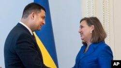 新当选的乌克兰总理戈洛伊斯曼(左)与美国国务院负责欧洲和欧亚事务的助理国务卿纽兰星期二在乌克兰首都基辅举行会晤