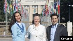 Julieta López (centro), junto a la activista de derechos humanos Gianna Sanchez, y el director de UN Watch Hillel Neuer. López pidió la liberación de su sobrino y del resto de manifestantes presos.