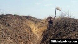 Erməni hərbçisi ağ bayraq qaldırıb