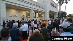 Cộng đồng người Việt ở Floria cầu nguyện cho các nạn nhân vụ nổ súng tại hộp đêm Pulse, Orlando. (Ảnh: Asia Trend)