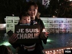 有母親帶同年幼兒子參與燭光悼念活動
