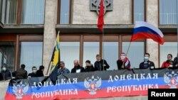 Demonstran pro-Rusia menyerbu gedung-gedung pemerintah di kota Donetsk, Ukraina timur hari Minggu (6/4).