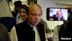 سابق وزیرِ اعظم نواز شریف ابو ظہبی سے لاہور جانے والی پرواز میں صحافیوں سے گفتگو کر رہے ہیں۔