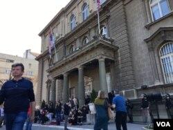 Deo pristalica Saveza za Srbiju i pripadnici Žandarmerije ispred zgrade predsedništva Srbije, u Beogradu, u nedelju, 17. marta 2019. (Foto: Aleksandra Nenadović, VOA)