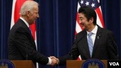美國副總統拜登(左)於日本首相安倍晉三會面。