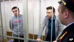 Алексей Гаскаров (слева) и Илья Гущин в зале суда. Москва. Россия. 24 апреля 2014 г.