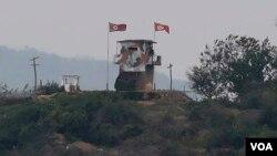 Tư liệu: Lá cờ Triều Tiên phất phơ trước gió tại một trạm kiểm soát quân sự ở Paiu, ở biên giới Triều Tiên. (AP Photo/Ahn Young-joon, File)