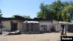 Mata na duba gidajen da harin Boko Haram ya lalata a garin Bama.