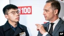 德国外交部长马斯在柏林与香港活动人士黄之锋交谈。(2019年9月9日)