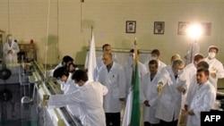 Iranski predsednik Mahmud Ahmadinedžad, u istraživačkom reaktoru u Teheranu