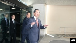 中国国务院台湾事务办公室主任王毅步出美国国务院大门
