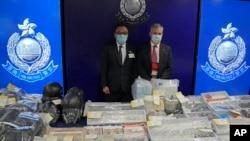 香港警務處國安處高級警司李桂華(左)與其他資深爆破專家警員在新聞發布會上展示爆炸案的證據。 (2021年7月6日)
