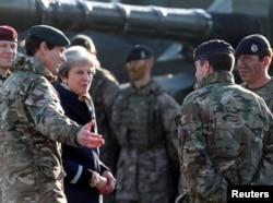 테레사 메이(가운데) 영국 총리가 29일 에스토니아 타파에 주둔중인 영국군 장병들을 방문하고 있다.