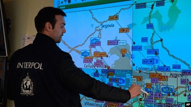 Một cảnh sát kiểm lại bản đồ trước một hoạt động
