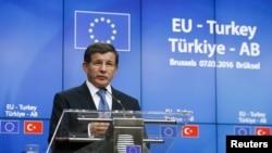 Le Premier ministre turc Ahmet Davutoglu devant la presse à Bruxelles (8 mars 2016)