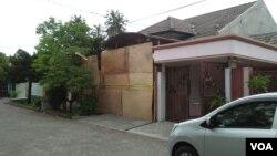 Rumah Dita Oepriarto di Wanareja yang ditutup papan oleh polisi. (Foto: VOA/Nurhadi)