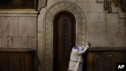 Una peregrina cristiana reza dentro de la iglesia del Santo Sepulcro en la ciudad vieja de Jerusalén.