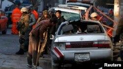 Saldırıda yaralanan lokanta çalışanı aracını kontrol ediyor