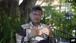 លោកអគ្គលេខាធិការអាស៊ាន សុរិន ពិតសុវណ្ណ (Surin Pitsuwan) នៅក្នុងការផ្តល់បទសម្ភាសន៍មួយនៅនូសា ដួ (Nusa Dua) ដែលស្ថិតនៅលើកោះកំសាន្តបាលី (Bali) នៃប្រទេសឥណ្ដូនស៊ីនៅថ្ងៃទី២០ខែកក្កដា ឆ្នាំ២០១១។