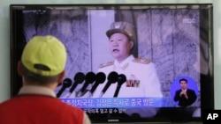 Siaran berita yang ditayangkan melalui layar televisi di sebuah stasiun kereta di Seoul, Korea Selatan ini menampilkan sosok utusan khusus Korea Utara, Choe Ryong Hae. Kim Jong-un menugaskan Choe Ryong Hae untuk memimpin delegasi Korea Utara ke China (22/5).