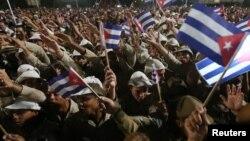 29일 쿠바 수도 아바나 혁명광장에서 열린 피델 카스트로 전 국가평의회 의장 추모집회 참가자들이 국기를 흔들고 있다.