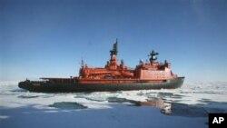얼음으로 덮인 북극해 항해하는 러시아 선박. (자료사진)