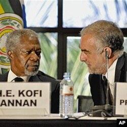 Le procureur Luis Moreno-Ocampo et l'ancien secrétaire général de l'ONU, à la conférence de Kampala sur le Statut de Rome en mai dernier