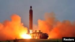 북한 관영 조선중앙통신이 지난해 6월 '중장거리 전략탄도로케트 화성-10'(무수단 미사일)의 시험발사 사진을 공개했다.