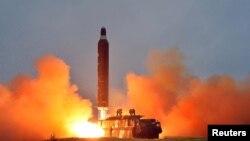 북한 관영 조선중앙통신이 지난 6월 공개한 '중장거리 전략탄도로케트 화성-10'(무수단 미사일)