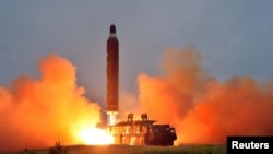 북한 관영 조선중앙통신이 '중장거리 전략탄도로케트 화성-10'(무수단 미사일)의 시험발사 사진을 공개했다.