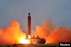 북한 조선중앙통신이 지난해 6월 '중장거리 전략탄도로케트 화성-10'(무수단 미사일)의 시험발사 사진을 공개했다.