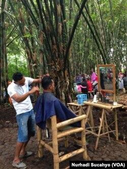 Jasa tukang cukur di Pasar Papringan. (VOA/Nurhadi Sucahyo)