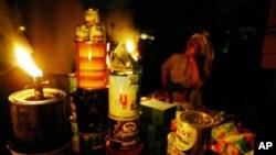 Seorang penjaja kaki lima di Lagos, Nigeria menjual barang dagangannya dengan hanya diterangi lampu minyak tanah (foto: dok).