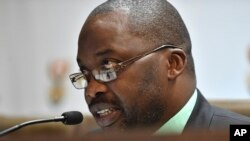 Umushikiranganji w'Ubutungane muri Afrika y'Epfo, Michael Masutha, mu kiganiro n'abamenyeshamakuru i Pretoria.
