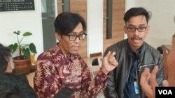 Pengacara publik LBH Masyarakat, Ma'ruf Bajammal (kanan) dan Afif Abdul Qoyim (kiri) saat melaporkan kasus TT ke kantor Komnas HAM di Jakarta pada Senin (20/5). (Foto: VOA/Sasmito)