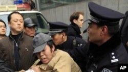 今年二月一名上訪人士被警察拘押