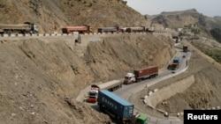 由于巴基斯坦和阿富汗边境冲突而受阻的卡车。