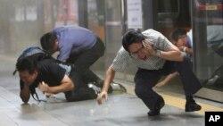 2013年8月20日韩美联合军事演习期间模拟毒气攻击: 行人寻找掩蔽