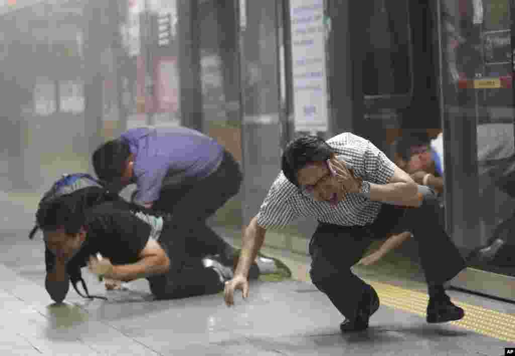 을지 프리덤가디언 연습 이틀째인 20일 서울 시민들이 대피소로 이동하는 대테러 훈련 중이다.