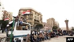 Prodemokratski demonstranti kraj improvizovane barikade nedaleko od kairskog trga Tahrir