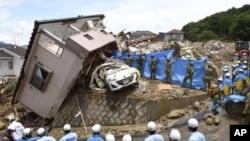 Rescatistas realizan una operación de búsqueda de sobrevivientes en la localidad de Kumano, en la prefectura de Hiroshima, en el oeste de Japón, el 9 de julio de 2018.
