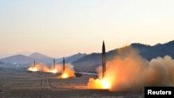 朝鲜中央通讯社发布的图片显示朝鲜领导人金正恩监督下的弹道火箭发射