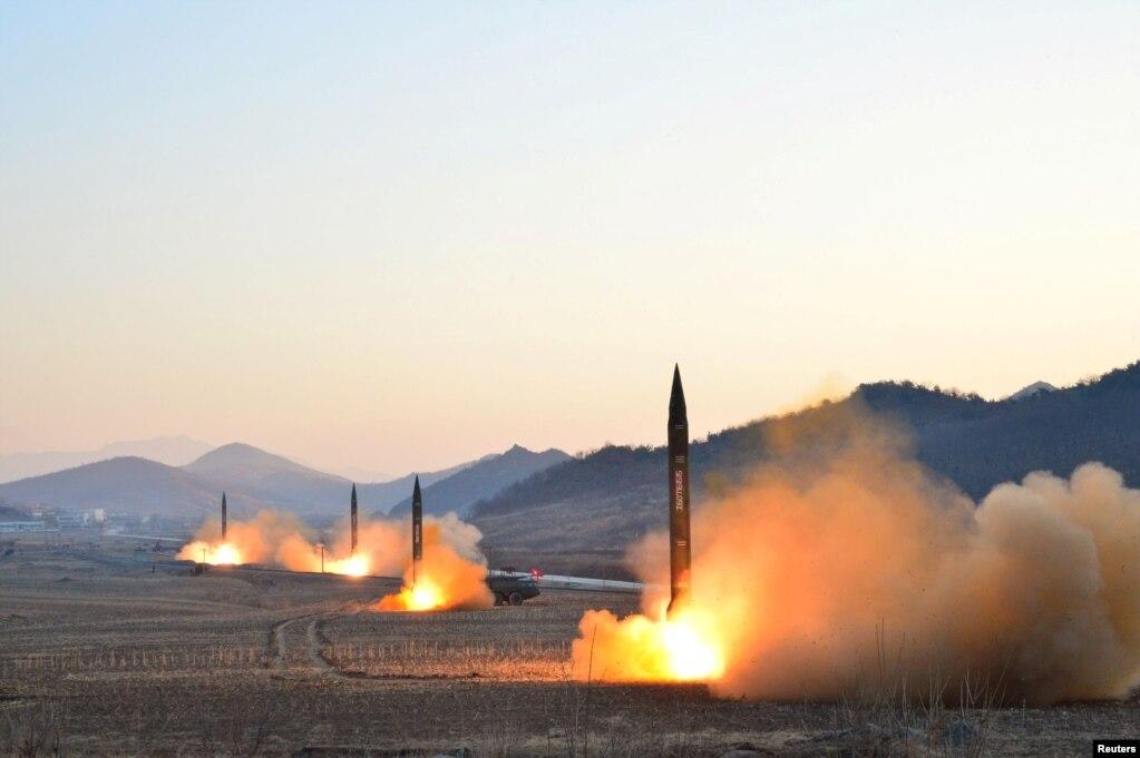 북한이 탄도 미사일 4발을 동시에 발사하고 있는 현장. 조선중앙통신이 날짜를 제시하지 않은 채 공개한 사진이다.