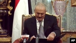 也门总统萨利赫2011年11月23日签署同意下台的文件(资料照片)