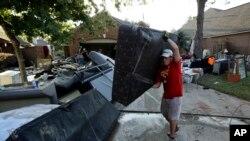 洪水退去,灾民回家收拾残局 (2017年8月31日)